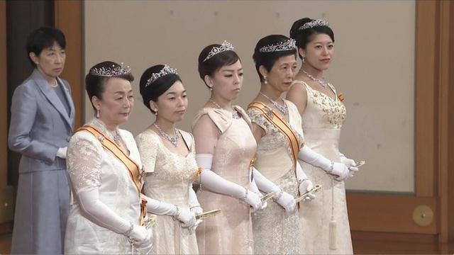 Gia đình Hoàng gia Nhật tổ chức tiệc mừng năm mới, xuất hiện ấn tượng trước dân chúng, đáng chú ý nhất là màn đọ sắc giữa các thành viên nữ  - Ảnh 4.