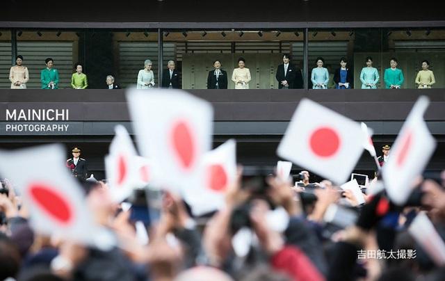 Gia đình Hoàng gia Nhật tổ chức tiệc mừng năm mới, xuất hiện ấn tượng trước dân chúng, đáng chú ý nhất là màn đọ sắc giữa các thành viên nữ  - Ảnh 7.