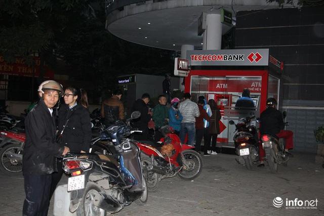 Tái diễn tình trạng ATM tê liệt, ngừng hoạt động... trong ngày cận Tết - Ảnh 6.