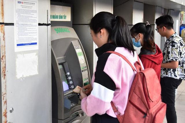 ATM cố thông vẫn nghẽn - Ảnh 1.