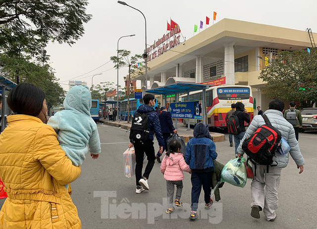 Người dân dùng phương tiện cá nhân về quê, bến xe Hà Nội vắng khách  - Ảnh 1.