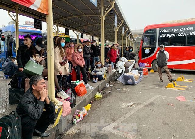 Người dân dùng phương tiện cá nhân về quê, bến xe Hà Nội vắng khách  - Ảnh 2.