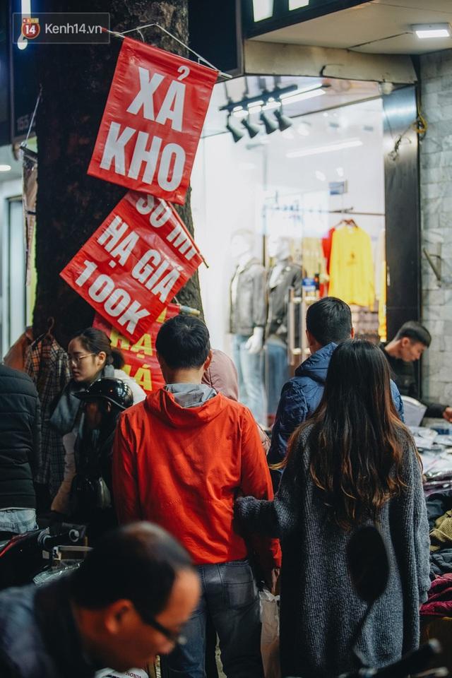Phố Chùa Bộc tung sale khủng với thông báo lời lãi gì tầm này, người dân chen nhau mua sắm ùn tắc cả dãy phố - Ảnh 11.