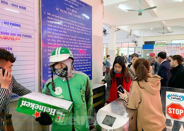 Người dân dùng phương tiện cá nhân về quê, bến xe Hà Nội vắng khách  - Ảnh 11.