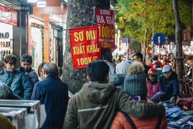 Phố Chùa Bộc tung sale khủng với thông báo lời lãi gì tầm này, người dân chen nhau mua sắm ùn tắc cả dãy phố - Ảnh 12.