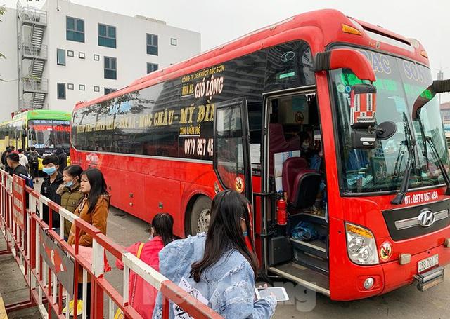 Người dân dùng phương tiện cá nhân về quê, bến xe Hà Nội vắng khách  - Ảnh 12.