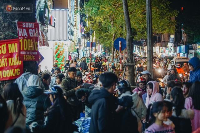 Phố Chùa Bộc tung sale khủng với thông báo lời lãi gì tầm này, người dân chen nhau mua sắm ùn tắc cả dãy phố - Ảnh 13.