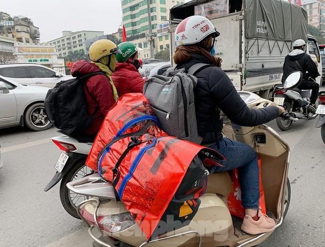 Người dân dùng phương tiện cá nhân về quê, bến xe Hà Nội vắng khách  - Ảnh 13.