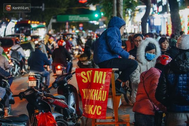 Phố Chùa Bộc tung sale khủng với thông báo lời lãi gì tầm này, người dân chen nhau mua sắm ùn tắc cả dãy phố - Ảnh 14.