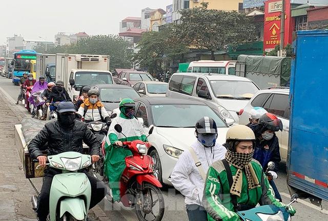 Người dân dùng phương tiện cá nhân về quê, bến xe Hà Nội vắng khách  - Ảnh 14.