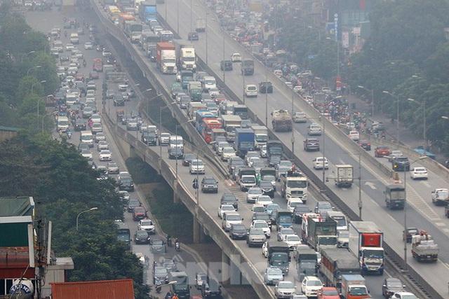 Người dân dùng phương tiện cá nhân về quê, bến xe Hà Nội vắng khách  - Ảnh 15.