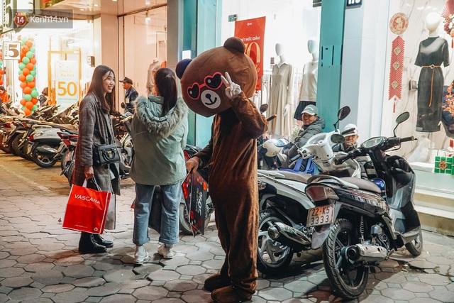 Phố Chùa Bộc tung sale khủng với thông báo lời lãi gì tầm này, người dân chen nhau mua sắm ùn tắc cả dãy phố - Ảnh 16.