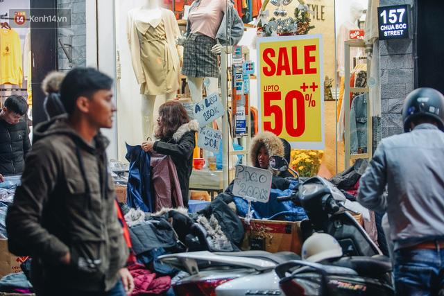 Phố Chùa Bộc tung sale khủng với thông báo lời lãi gì tầm này, người dân chen nhau mua sắm ùn tắc cả dãy phố - Ảnh 17.