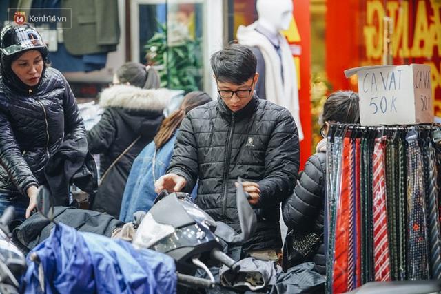 Phố Chùa Bộc tung sale khủng với thông báo lời lãi gì tầm này, người dân chen nhau mua sắm ùn tắc cả dãy phố - Ảnh 20.