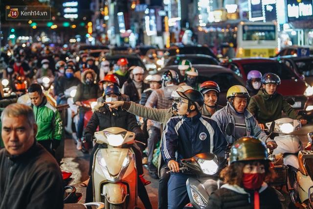 Phố Chùa Bộc tung sale khủng với thông báo lời lãi gì tầm này, người dân chen nhau mua sắm ùn tắc cả dãy phố - Ảnh 3.