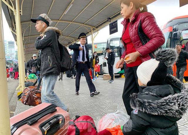 Người dân dùng phương tiện cá nhân về quê, bến xe Hà Nội vắng khách  - Ảnh 3.