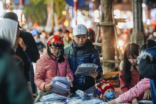 Phố Chùa Bộc tung sale khủng với thông báo lời lãi gì tầm này, người dân chen nhau mua sắm ùn tắc cả dãy phố - Ảnh 21.