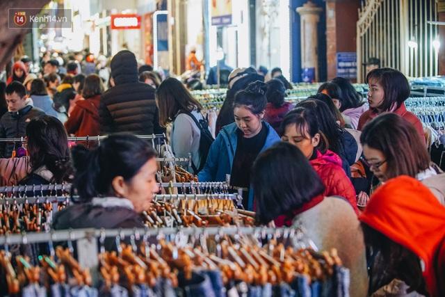 Phố Chùa Bộc tung sale khủng với thông báo lời lãi gì tầm này, người dân chen nhau mua sắm ùn tắc cả dãy phố - Ảnh 23.