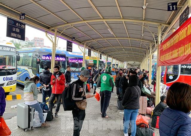 Người dân dùng phương tiện cá nhân về quê, bến xe Hà Nội vắng khách  - Ảnh 4.