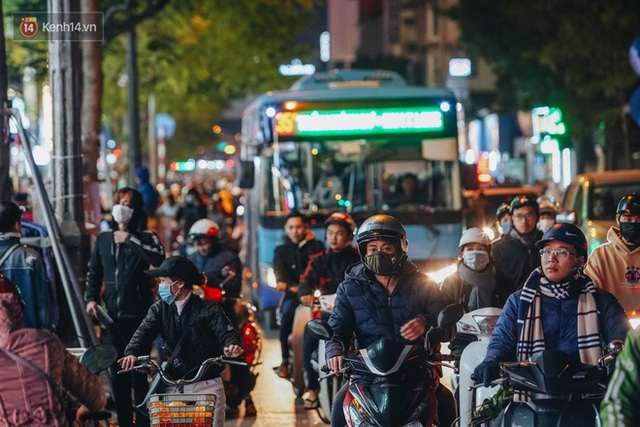 Phố Chùa Bộc tung sale khủng với thông báo lời lãi gì tầm này, người dân chen nhau mua sắm ùn tắc cả dãy phố - Ảnh 5.