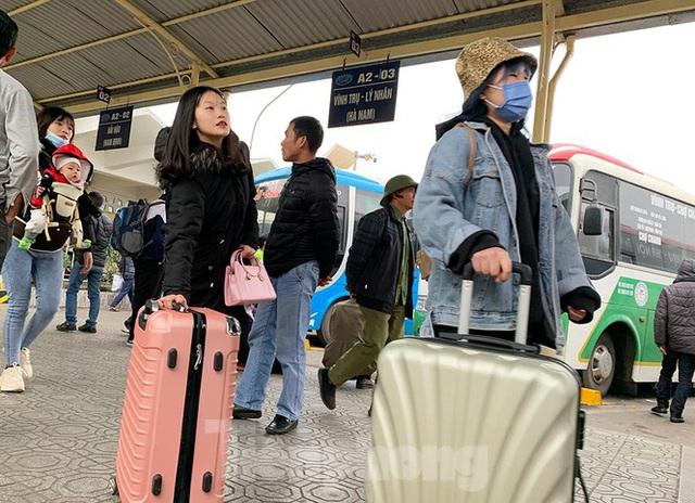 Người dân dùng phương tiện cá nhân về quê, bến xe Hà Nội vắng khách  - Ảnh 5.