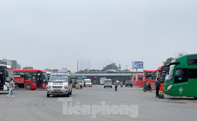 Người dân dùng phương tiện cá nhân về quê, bến xe Hà Nội vắng khách  - Ảnh 6.
