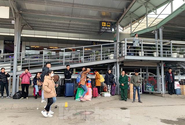 Người dân dùng phương tiện cá nhân về quê, bến xe Hà Nội vắng khách  - Ảnh 8.