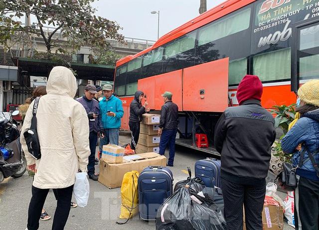 Người dân dùng phương tiện cá nhân về quê, bến xe Hà Nội vắng khách  - Ảnh 9.