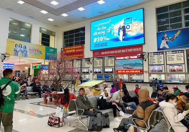 Người dân dùng phương tiện cá nhân về quê, bến xe Hà Nội vắng khách  - Ảnh 10.