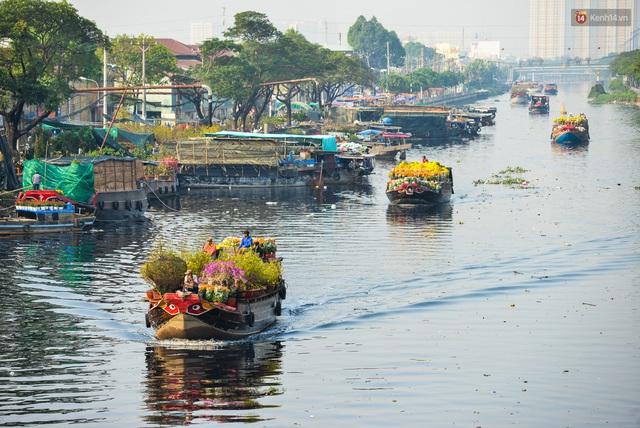 Ảnh: Thuyền chở đầy ắp hoa nối đuôi nhau cập bến Bình Đông, chợ hoa trên bến dưới thuyền rộn ràng sắc xuân ngày cận Tết - Ảnh 1.