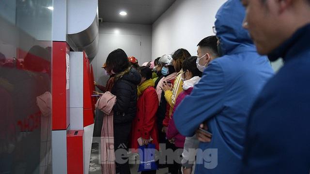 Cây ATM báo lỗi khi công nhân rồng rắn xếp hàng rút tiền ngày cuối năm - Ảnh 1.