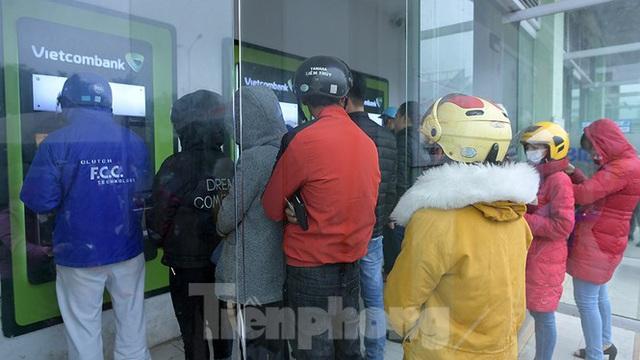 Cây ATM báo lỗi khi công nhân rồng rắn xếp hàng rút tiền ngày cuối năm - Ảnh 2.