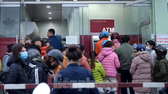 Cây ATM báo lỗi khi công nhân rồng rắn xếp hàng rút tiền ngày cuối năm - Ảnh 3.