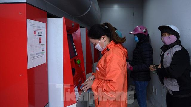 Cây ATM báo lỗi khi công nhân rồng rắn xếp hàng rút tiền ngày cuối năm - Ảnh 4.