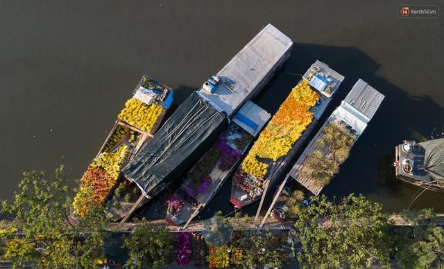 Ảnh: Thuyền chở đầy ắp hoa nối đuôi nhau cập bến Bình Đông, chợ hoa trên bến dưới thuyền rộn ràng sắc xuân ngày cận Tết - Ảnh 5.