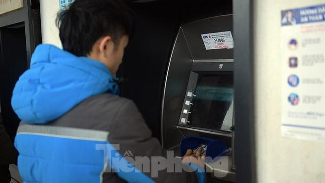 Cây ATM báo lỗi khi công nhân rồng rắn xếp hàng rút tiền ngày cuối năm - Ảnh 5.