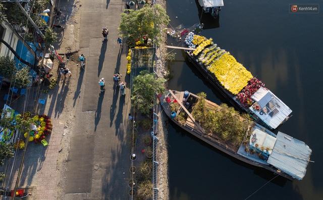 Ảnh: Thuyền chở đầy ắp hoa nối đuôi nhau cập bến Bình Đông, chợ hoa trên bến dưới thuyền rộn ràng sắc xuân ngày cận Tết - Ảnh 6.