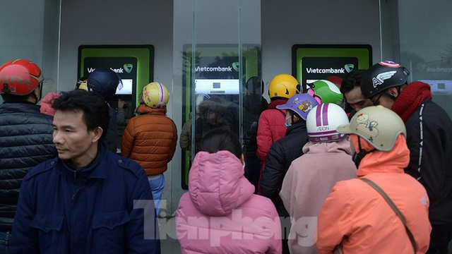 Cây ATM báo lỗi khi công nhân rồng rắn xếp hàng rút tiền ngày cuối năm - Ảnh 9.