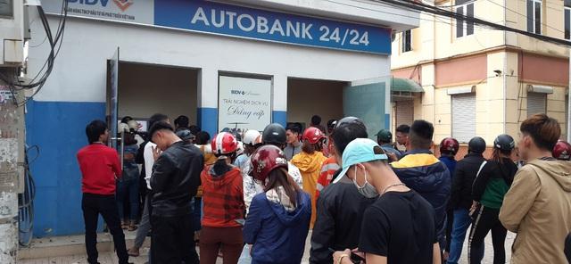 29 Tết, mất nguyên buổi sáng chỉ để đi rút tiền tại cây ATM - Ảnh 5.
