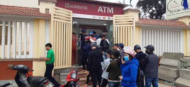 29 Tết, mất nguyên buổi sáng chỉ để đi rút tiền tại cây ATM - Ảnh 7.