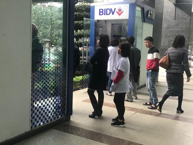 29 Tết, mất nguyên buổi sáng chỉ để đi rút tiền tại cây ATM - Ảnh 3.