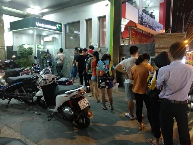 29 Tết, mất nguyên buổi sáng chỉ để đi rút tiền tại cây ATM - Ảnh 6.