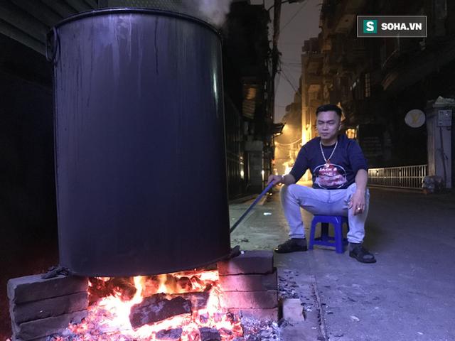 [Ảnh] Độc đáo ở Hà Nội: 10 gia đình luộc chung nồi bánh chưng 100 chiếc trên phố - Ảnh 2.