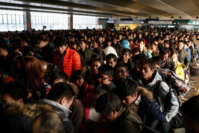 Hàng trăm triệu người về quê đón Tết, TQ ái ngại bóng ma len lỏi giữa đợt đi lại lớn nhất hành tinh - Ảnh 1.
