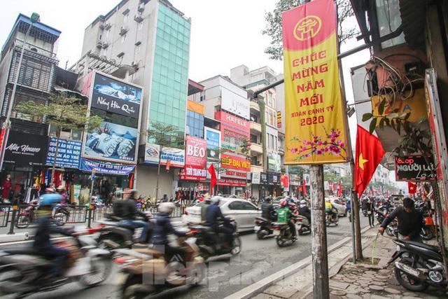 Đường phố Hà Nội trang hoàng đón Tết Canh Tý 2020 - Ảnh 1.