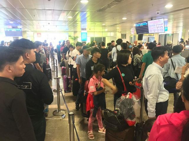 Vạn người vật vờ ở sân bay Tân Sơn Nhất ngày 28 tết - Ảnh 1.