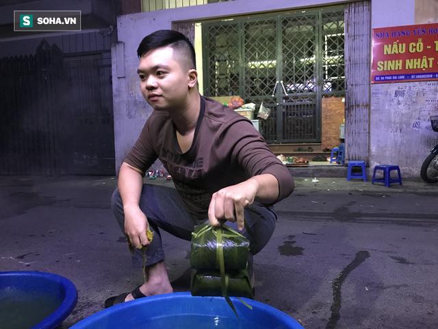 [Ảnh] Độc đáo ở Hà Nội: 10 gia đình luộc chung nồi bánh chưng 100 chiếc trên phố - Ảnh 11.