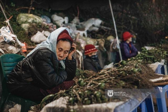 """Những bát mì ăn vội, những đêm dài rét thấu xương thức trắng ở chợ hoa: """"Buôn hoa Tết như đánh một canh bạc, bại nhiều hơn thắng"""" - Ảnh 11."""