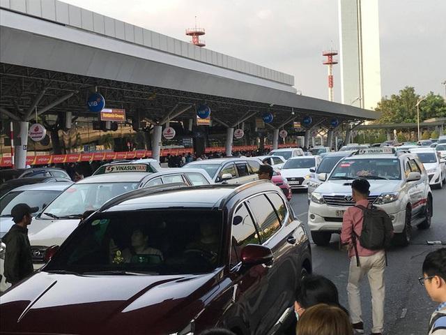 Vạn người vật vờ ở sân bay Tân Sơn Nhất ngày 28 tết - Ảnh 11.