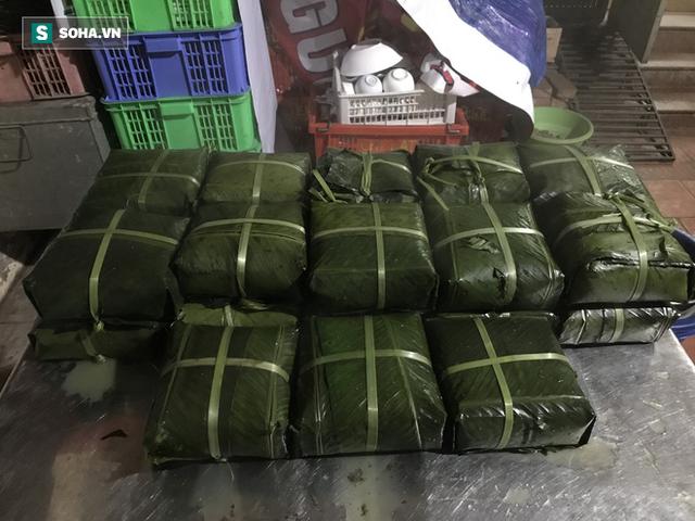 [Ảnh] Độc đáo ở Hà Nội: 10 gia đình luộc chung nồi bánh chưng 100 chiếc trên phố - Ảnh 13.